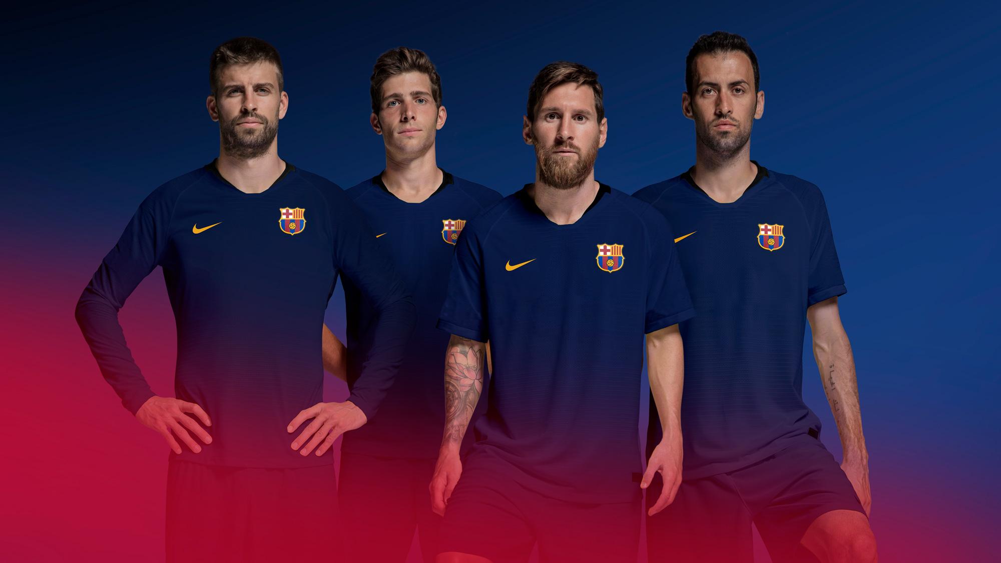 wizualne przedstawienie piłkarzy barcelony z lowym herbem na piersiach